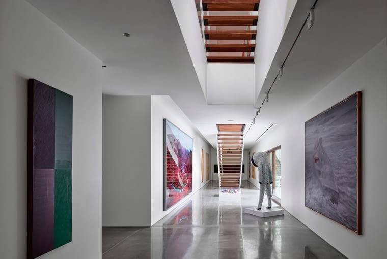 Nowoczesna rezydencja kolekcjonerów dzieł sztuki z podziemną galerią