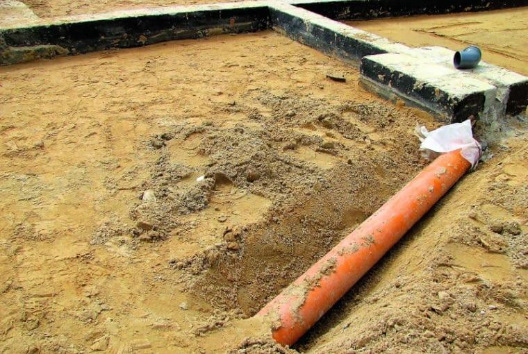 Rura kanalizacyjna o odpowiedniej średnicy ułożona w zagęszczonej podsypce piaskowej