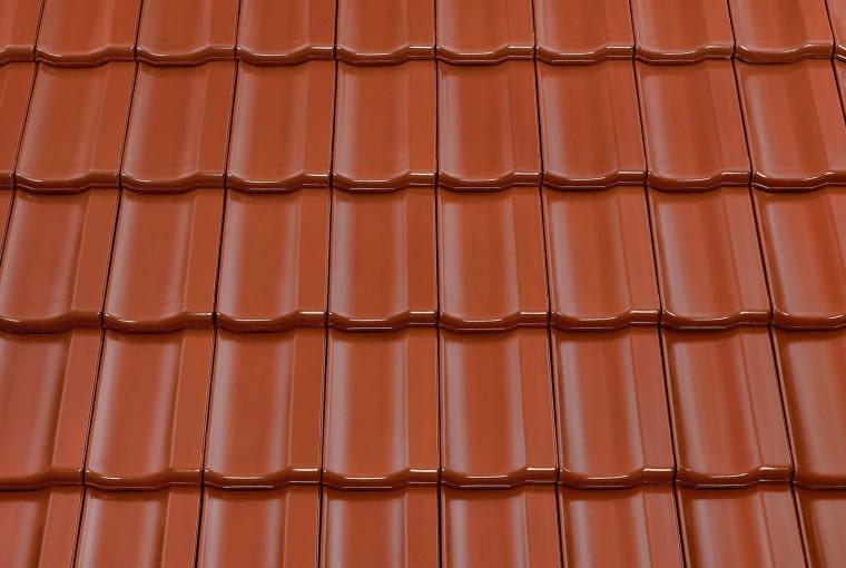 Topas 13V/Monier BRAAS | Rodzaj: dachówka ceramiczna | wymiary [dł. x szer.]: 256 x 430 mm; masa [kg/m2]: od ok. 43,8 kg | zalecany kąt nachylenia połaci: minimum 25° | kolory: m.in. brązowy, miedziany, antracytowy, kasztanowy, tekowy. Cena: od 76,67 zł/m2, www.monier.pl