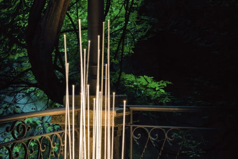 Świecąca trzcina. Takie skojarzenia, zgodnie z zamysłem projektanta, Klausa Begasse, budzi lampa ogrodowa Reeds. Zbudowana z wiązki akrylowych prętów, wyposażona w diody LED tworzy efektowną instalację świetlną. Można ją też ustawić na tarasie albo stworzyć magiczne zarośla, bo modułowa podstawa lampy pozwala na dołączanie do niej kolejnych. Artemide, mesmetric.com