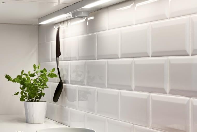 Oświetlenie podszafkowe można połączyć zgniazd- kiem elektrycznym iwieszakami na sztućce. UTRUSTA, listwa LED zzasilaczem, dł. 40 cm, moc 6,8 W199 zł; podwójne gniazdko 99 zł IKEA
