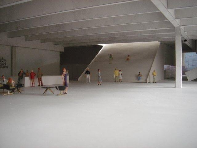 Kolejna prezentacja wnętrz - wizualizacja makiety. Widoczna konstrukcja żebrowań stropu i reprezentacyjne schody w holu głównym.