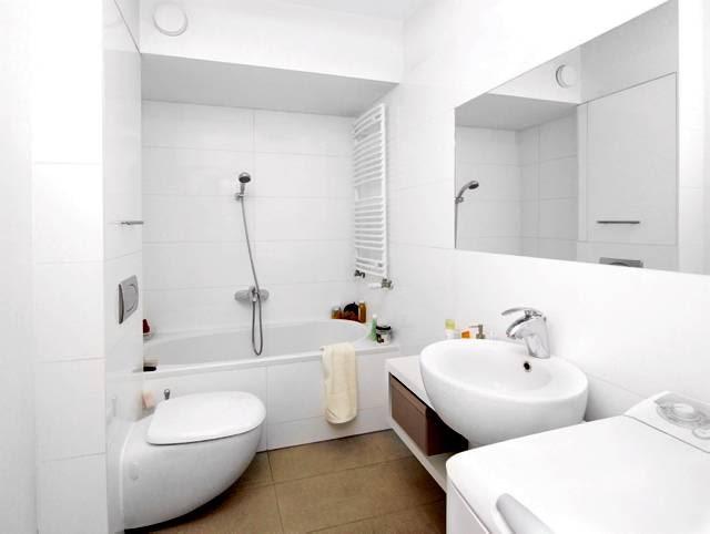 PRZED ZMIANĄ. W niewielkiej łazience mieszczą się wszystkie niezbędne urządzenia sanitarne i wąska pralka. Jest też gdzie przechowywać kosmetyki i środki czystości. Jedyną wadą tego funkcjonalnie zaaranżowanego pomieszczenia była zbyt jednolita kolorystyka.