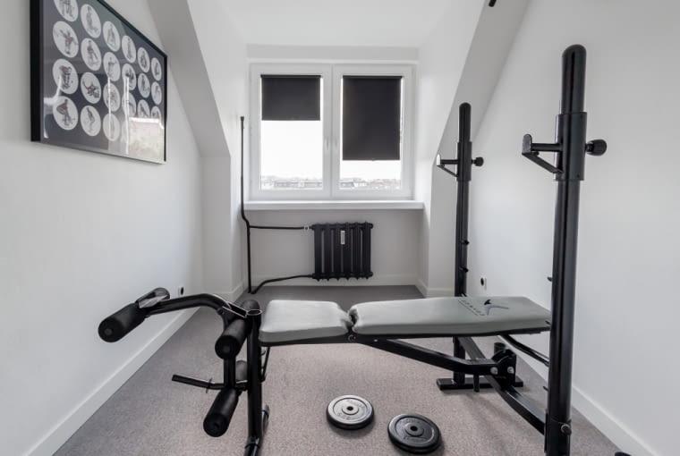 Architekt przeznaczył niewielkie pomieszczenia na domową siłownię