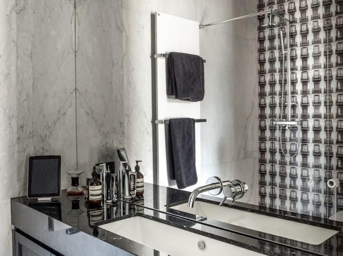 W łazience postawiono na kamień, dodający wnętrzu elegancji.