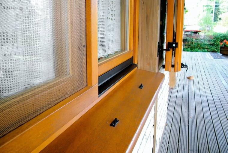 U producenta okien można dodatkowo zamówić moskitierę w drewnianej ramie, którą montuje się na lato. Po sezonie łatwo ją zdemontować. Prod. MS więcej niż okna