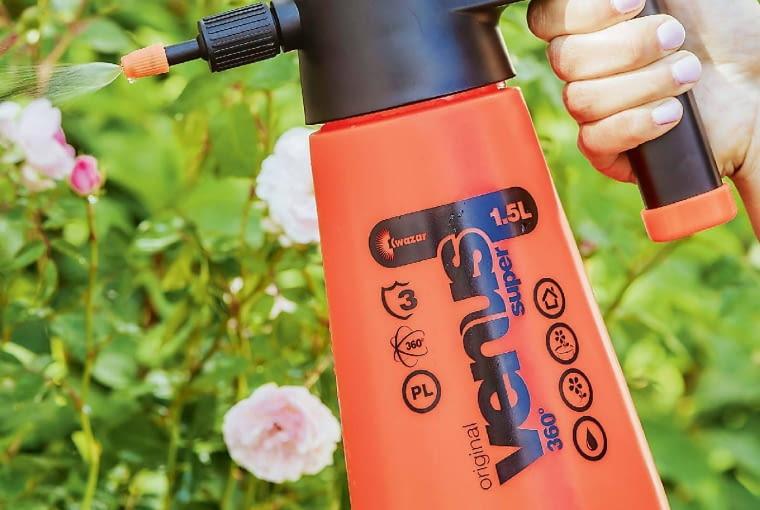 Na niewielkiej działce do ochrony roślin przed szkodnikami i chorobami powinien wystarczyć ręczny spryskiwacz o pojemności 2 l