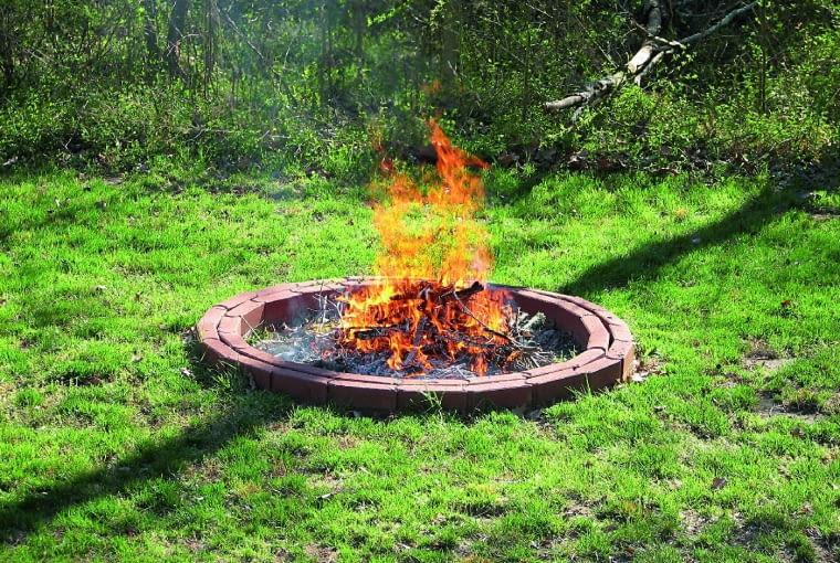 Krąg z cegły szamotowej wytycza wyraźne granice dla ognia.