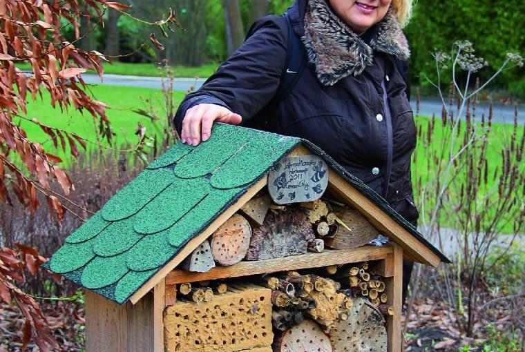 Taki ekskluzywny domek da schronienie pożytecznym owadom izastąpi kryjówki, których zwykle szukają wśród stert cegieł, dachówek, słomy, gałązek czy szyszek.
