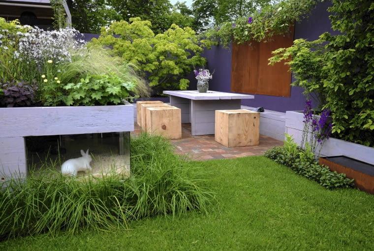 Stół ogrodniczy ze schowaną pod spodem klatką dla królików po- zwolił efektywnie (i efektownie) zagospodarować niewielką przestrzeń