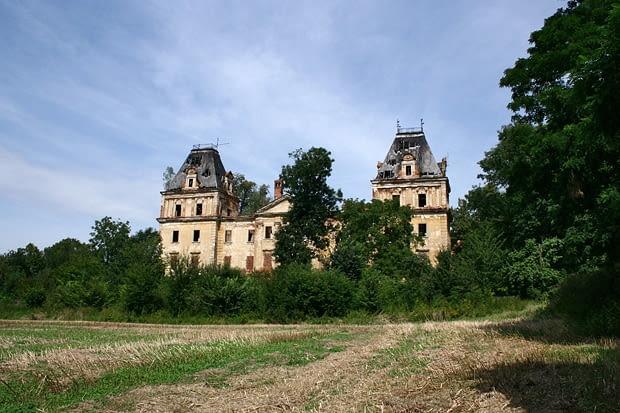 Stolec - klasycystyczny pałac von Schlabrendorfów z l. 70. XVIII w., przebudowany w w. XIX