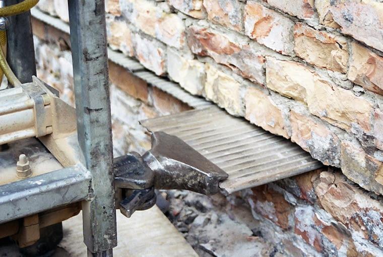 Izolacja pozioma z blach wbijanych w ścianę jest dość rzadko spotykana. Zwykle robi się iniekcję krystaliczną