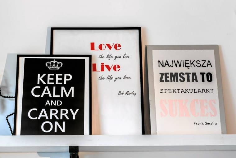 Przy tworzeniu modnych obrazów typograficznych Anna korzysta z bazy cytatów.