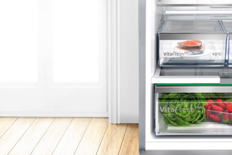 Chłodziarko-zamrażarka GlassDoor (model KGN49LB30) ma szklane drzwi i niespotykaną szerokość 70 cm. Wyposażona jest w komorę VitaFresh Plus - to trzy specjalne szuflady z regulowaną wilgotnością i temperaturą, zapewniające dwa razy dłuższe niż przeciętnie świeżość i smak przechowywanych produktów, a zwłaszcza mięsa, ryb i warzyw. Bosch, bosch-home.pl