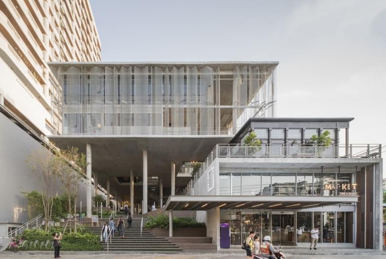 The Commons, Bangkok, Tajlandia, proj. Department of Architecture, nominacja w kategorii budynki zrealizowane, handel. Projekt łączy w sobie stworzenie przestrzeni handlowej oraz jednoczesne wykreowani publicznej. Dół budynku został prawie całkowicie usunięty,a w miejscu tradycyjnego parteru i niższych kondygnacji powstał rodzaj miejskiego placu z małą architekturą, kioskami i kawiarniami. W tropikalnym klimacie takie rozwiązanie daje niezbędny cień i ochronę przed deszczem pozwalając mieszkańcom na wygodne korzystanie z zewnętrznej przestrzeni.