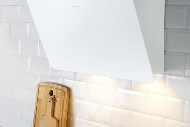 Jeśli okap ma wbudowane oświetlenie, dodatkowe światło nad płytą grzewczą nie jest potrzebne. BEJUBLAD, wyciąg z oświetleniem, 66 x 78,2 cm 1999 zł IKEA