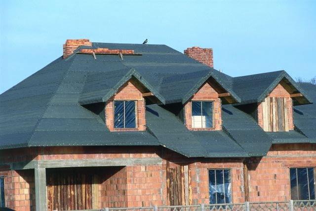 Tradycyjny sposób na wstępne krycie dachu: papa na pełnym deskowaniu.