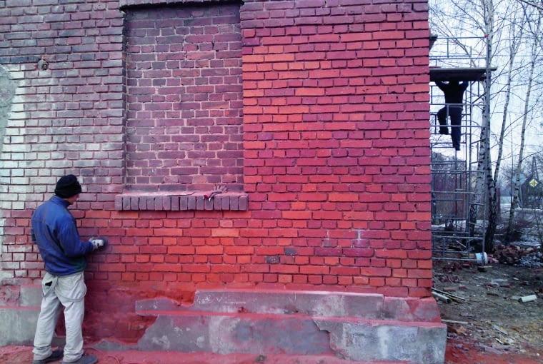 Ceglane mury najskuteczniej czyści się w sposób mechaniczny, na przykład szlifierkami kątowymi