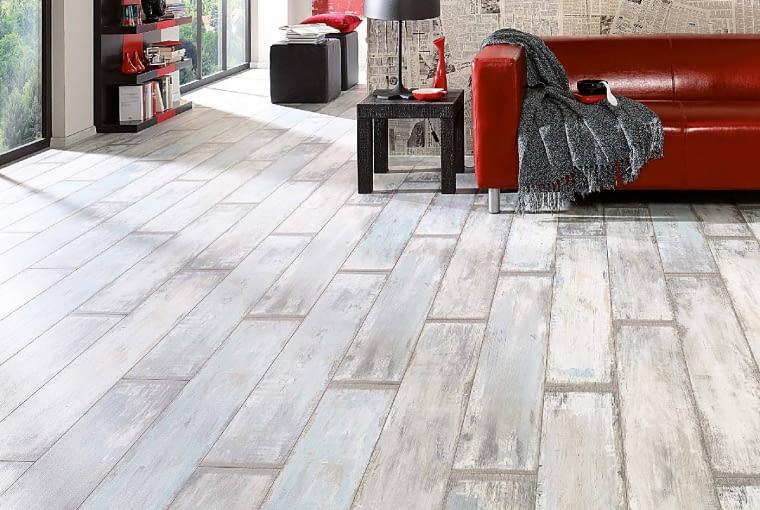 Podłogowe panele też mogą wyglądać jak wiekowe drewno. DĄB RECLAIMED, 128 x 19 cm, 49,99 zł/m kw., Komfort