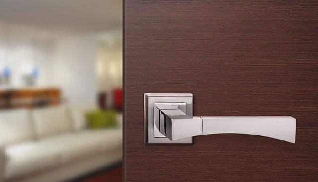 W sklepach z klamkami oprócz samych klamek zazwyczaj możemy znaleźć również inne akcesoria do drzwi, takie jak odbojniki drzwiowe, tuleje wentylacyjne, wizjery, uchwyty do szafek czy poręczy