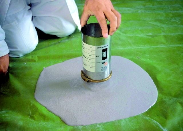 Konsystencję wylewki samopoziomującej sprawdza się, wylewając ją z naczynia o pojemności 1 litra na gładkie podłoże - powinna rozlać się na szerokość ok. 40 cm
