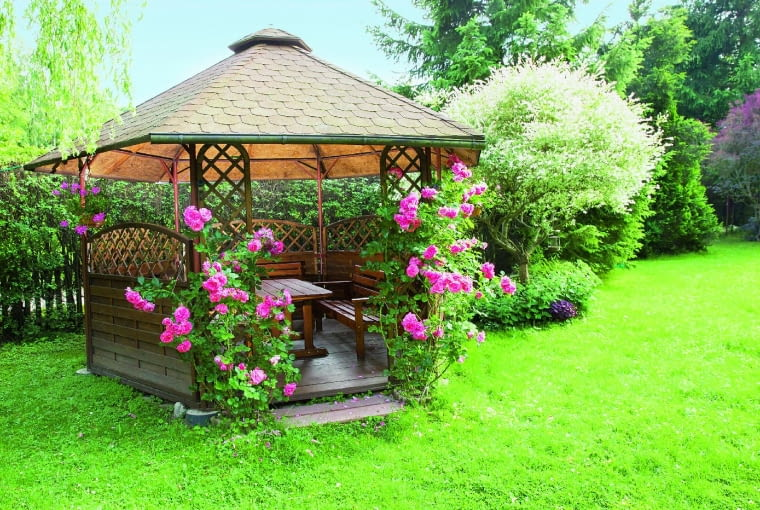 Jeśli altana będzie dopasowana do stylistyki ogrodu, spędzanie w niej czasu będzie przyjemnością