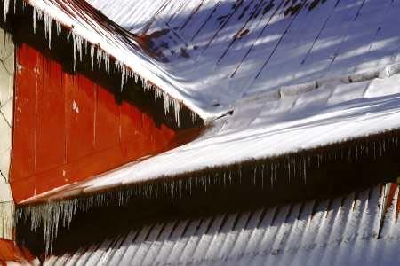 01.01.2003 SCHRONISKO NA STOZKU ZIMA SNIEG SLONCE BUDYNEK DACH SOPLE FOT PAWEL SLOMCZYNSKI / AGENCJA GAZETA