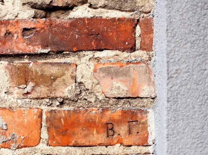 Pochodzące z wielu miejsc cegły różnią się wyglądem i wiekiem, są nawet takie z czasów carskich
