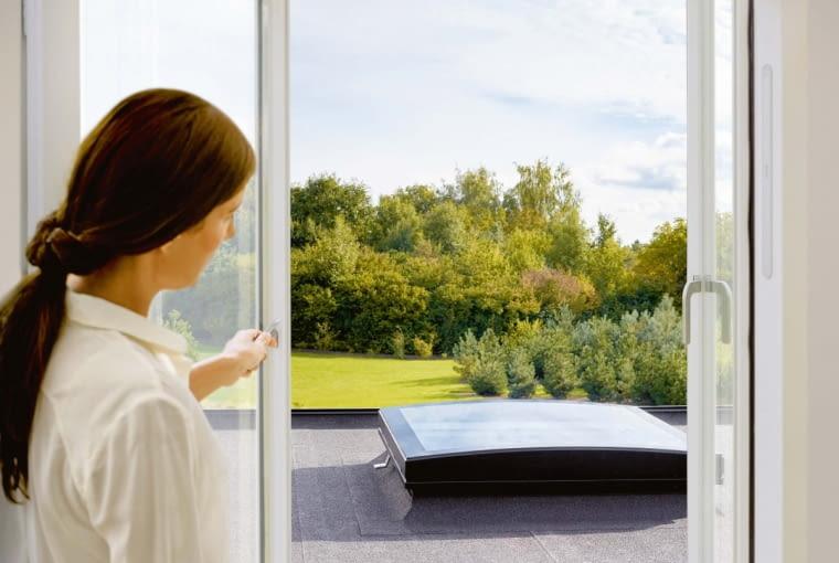 Zakrzywione szkło w dachu płaskim pozwala skutecznie usuwać wodę i zanieczyszczenia, dzięki czemu okno doprowadza do pomieszczenia więcej światła