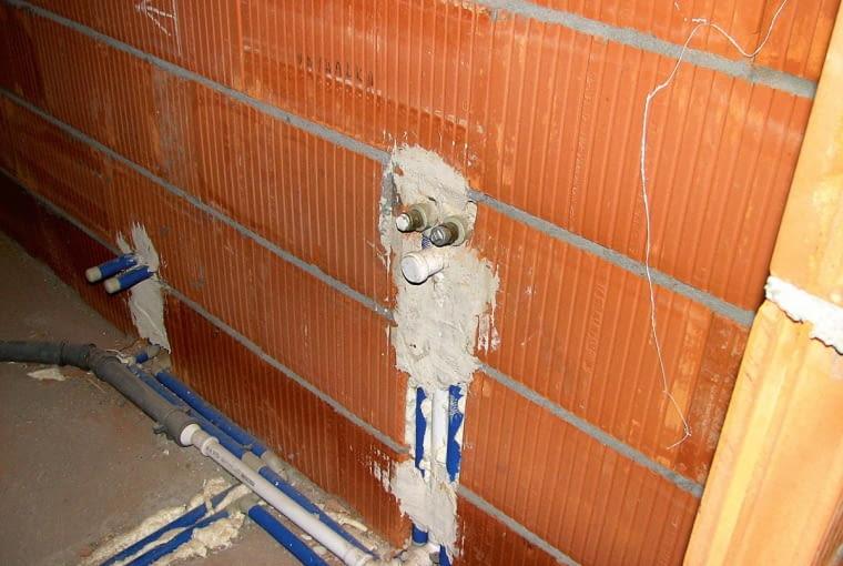 Długie fragmenty instalacji powinny być tak wykonane, by możliwe były odkształcenia. Nie wolno zapominać o kompensacji ew. ruchów instalacji na wskutek odkształcalności rur pod wpływem temperatury.
