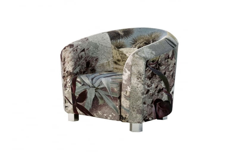 Fotel obity tkaniną z nadrukiem przedstawiającym krajobraz pustyni, z kolekcji Deco Futura, Diesel Living With Moroso, www.moroso.it