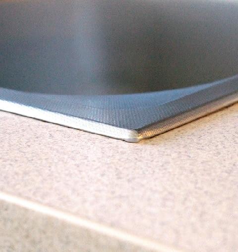 Miejsce wokół otworu na zlewozmywak trzeba dokładnie uszczelnić silikonem