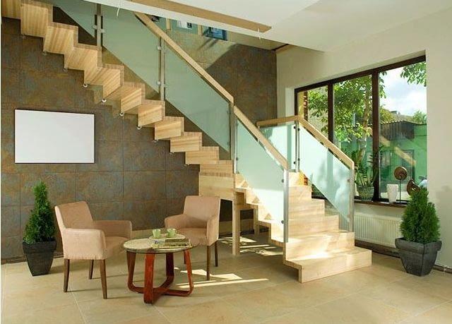 schody,schody z drewna,schody drewniane,aranżacja wnętrz,balustrasa,szklana balustrada,balustrada ze szkła