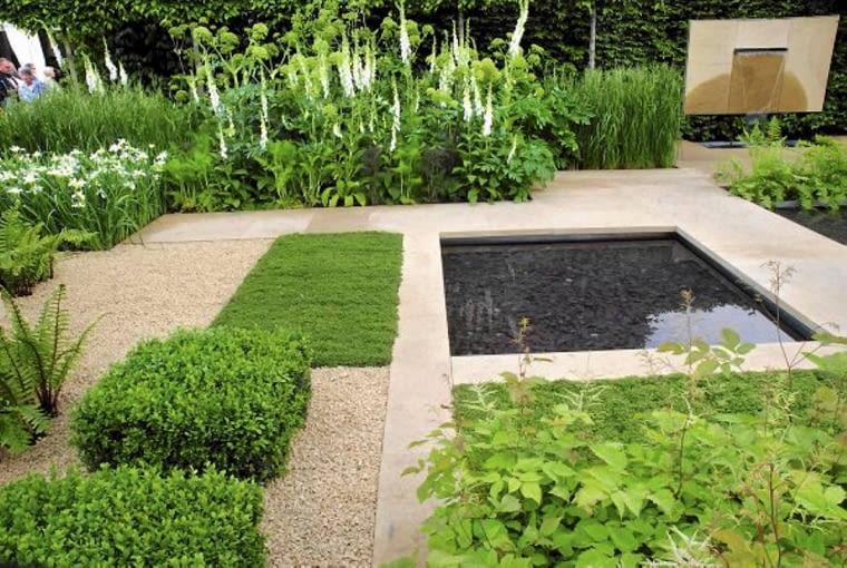 Ogród minimalistyczny - w tym wnętrzu zieleń rabat, lustro wody i nawierzchnie z kamyczków ujęto w rytm prostokątnych ram