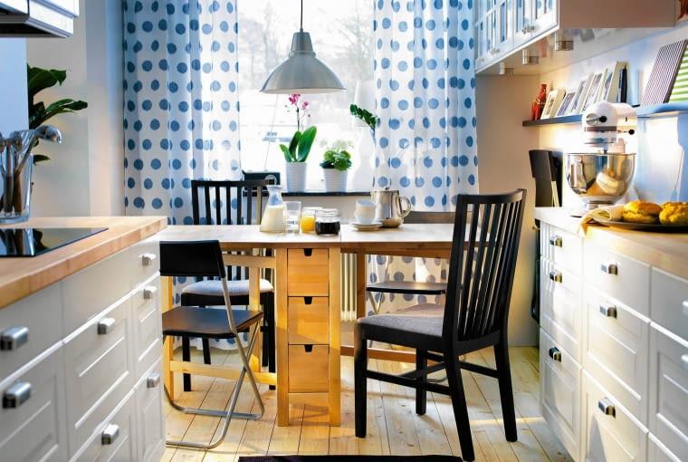 Miejsce do jedzenia w kuchni., aranżacja kuchni, stół do kuchni