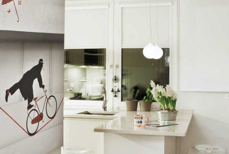 Kuchnie. Wejście do kuchni oświetla kinkiet-ptaszek - lampa Lucellino zaprojektowana w 1992 roku przez Ingo Maurera. Wzrok przyciągają również efektowne stołki z siedziskami z przezroczystego poliwęglanu, przypominającymi bańkę mydlaną.
