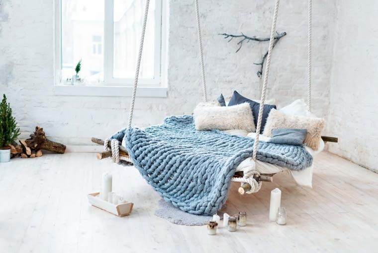 Huśtawka zamiast łóżka. Wodne to już przeszłość. Teraz modne są te podwieszane, w których poczujemy się jak w kołysce. Wzorowane na hamakach z marynarskich kajut, są od nich o wiele wygodniejsze, bo z materacem.