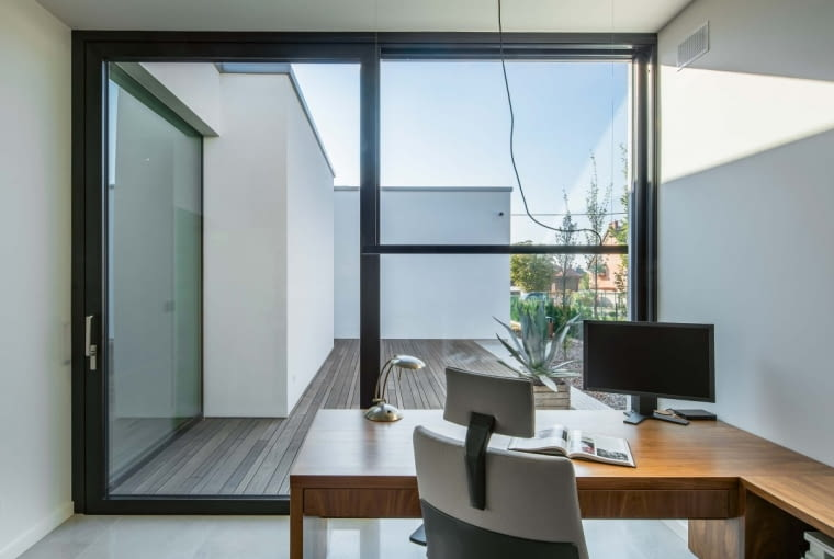 Miejsce przeznaczone do pracy wyposażono w wielkie drzwi balkonowe, przez które wiedzie droga na drugi taras, nieduży, usytuowany na tyłach budynku