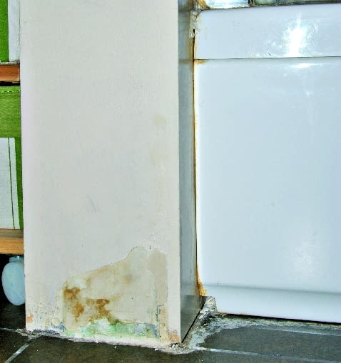 Woda spowodowała, że najpierw odspoiła się farba, , a potem karton osłaniający gipsowy rdzeń