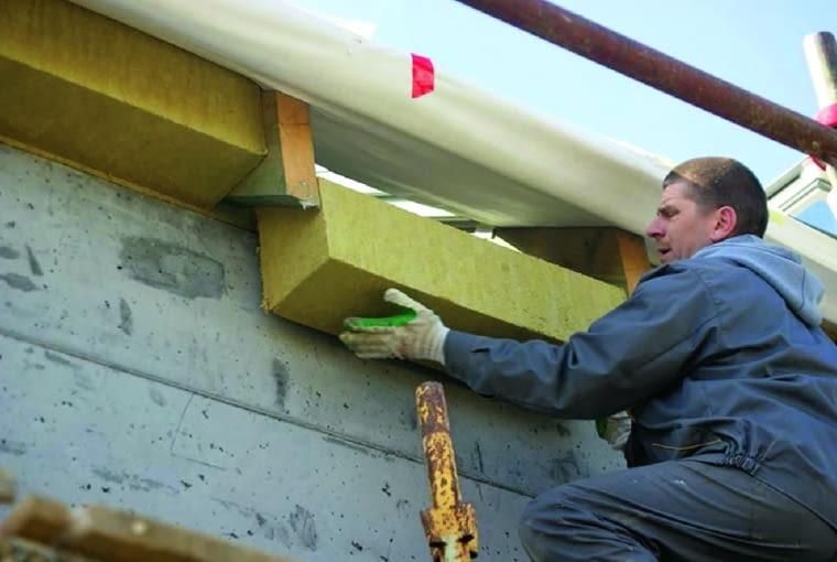W ścianach dwuwarstwowych, by zachować ciągłość ocieplenia, wypełnia się nim dokładnie przestrzeń między zewnętrzną płaszczyzną murłaty a termoizolacją ścian