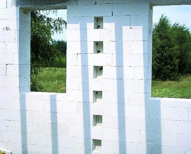 Łączenie na strzępia (w otwory wmurowane będą elementy ściany działowej)