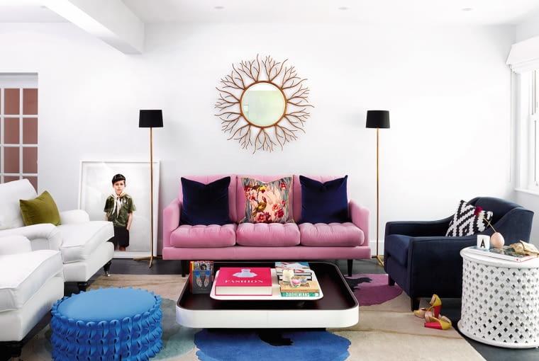 Stolik kawowy marki Poltrona Frau, dywan John Lewis, a sofa kupiona w sklepie internetowym sofa.com. Niebieski puf Lola z filcu zaprojektowała Anne Kyyrö Quinn. Portret chłopca, fot. Anja Niemi, kupiono w Little Black Gallery.