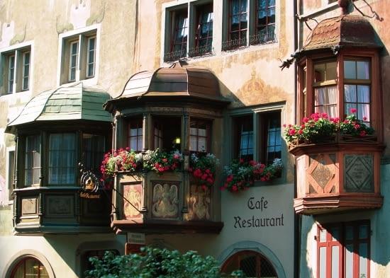 Sposób na poszerzenie wnętrza bez naruszenia linii zabudowy: pięciokątne wykusze w kamieniczce z przełomu wieków XVII i XVIII (miasteczko Stein am Rhein, Szwajcaria).