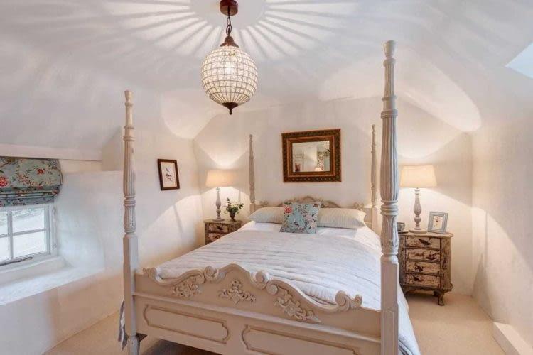 Sypialnia z łóżkiem w kolonialnym stylu