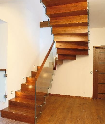 Dywanowa konstrukcja bardzo efektownie wygląda w połączeniu z nowoczesną balustradą z hartowanego szkła