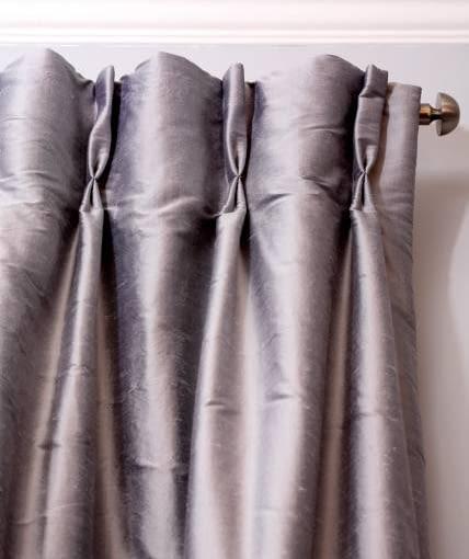 DEKORACJE OKIEN - STYLOWE FAŁDY. Zasłony podszyto inną, tańszą tkaniną, która usztywnia oraz chroni przed płowieniem. Dzięki temu długo zachowają nienaganny wygląd.