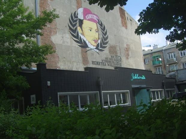 Restauracja Szklarnia - i wspaniałe grafitti w oprawie klonów jesionolistnych i kasztanowców