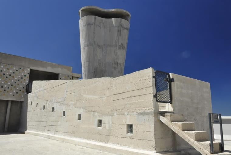 Jednostka Marsylska, proj. Le Corbusier - rampa przy świetlicy i południowy komin wentylacyjny