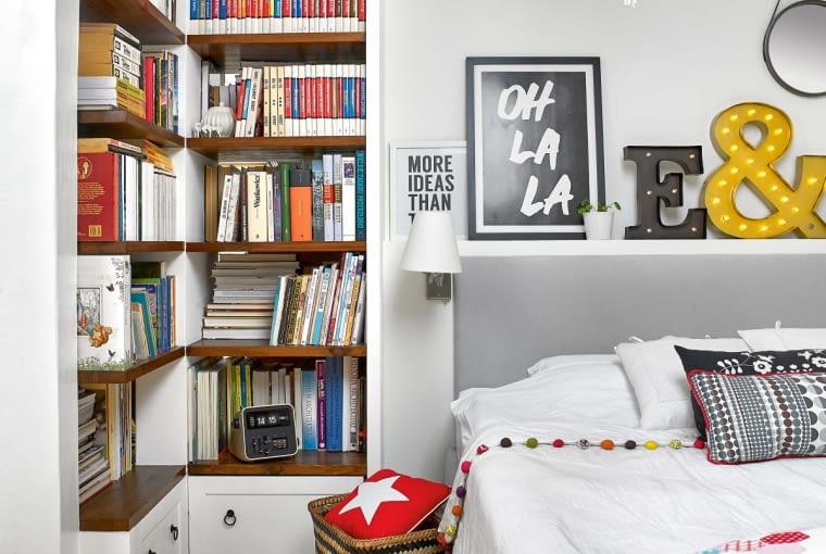 Regał na książki to największa duma właścicielki. Nie tylko sama go zaprojektowała, ale także zrobiła. Ażurowy mebel pełni funkcję ścianki działowej między sypialnią a przedpokojem. Rama łóżka jest z IKEA, zagłówek Ula tapicerowała dzień przed porodem. W sypialni stoi również łóżeczko małej Ali, która jeszcze nie ma własnego pokoju.