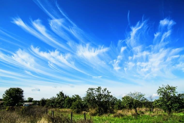 Chmury wysokie, zwłaszcza cirrusy i cirrostratusy, zagęszczające się na zachodniej stronie nieba zwiastują pogorszenie się pogody.